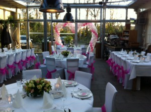Dineropstelling witte hoes roze lint